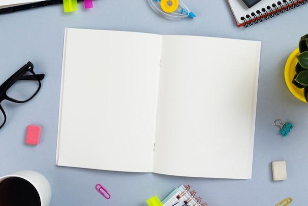 Концепция столешницы с открытой записной книжкой Бесплатные Фотографии
