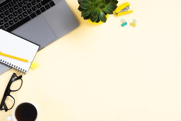 ノートパソコンとトップビューデスクコンセプト 無料写真