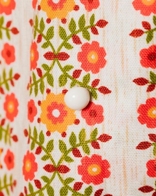 Блузка с цветами и белая пуговица крупным планом Бесплатные Фотографии