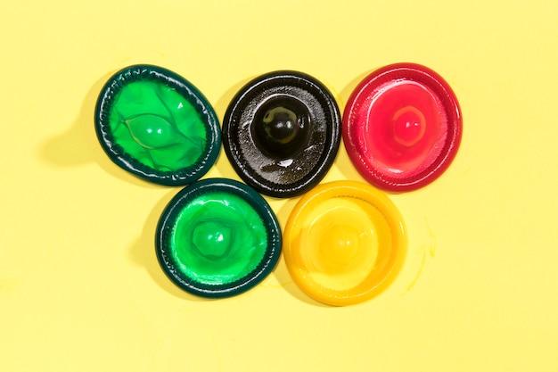 Плоские раскладные красочные развернутые презервативы Бесплатные Фотографии