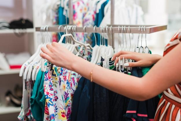 クローズアップ女性の服をチェック 無料写真