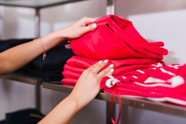 赤いジーンズを保持しているクローズアップの女性 無料写真