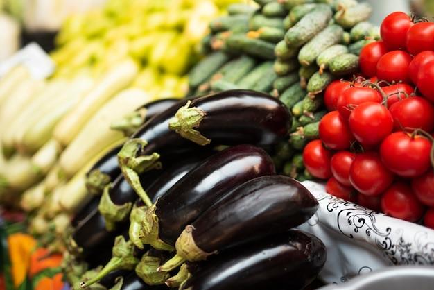 Крупный план здоровых овощей в магазине Бесплатные Фотографии
