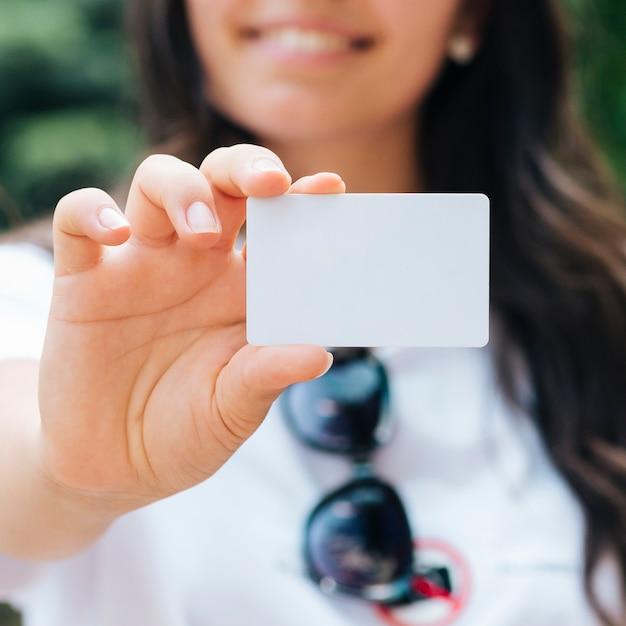 カードのモックアップを保持しているクローズアップのスマイリー女性 無料写真