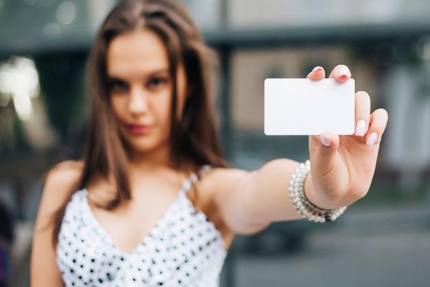 カードを保持しているクローズアップの女性 無料写真