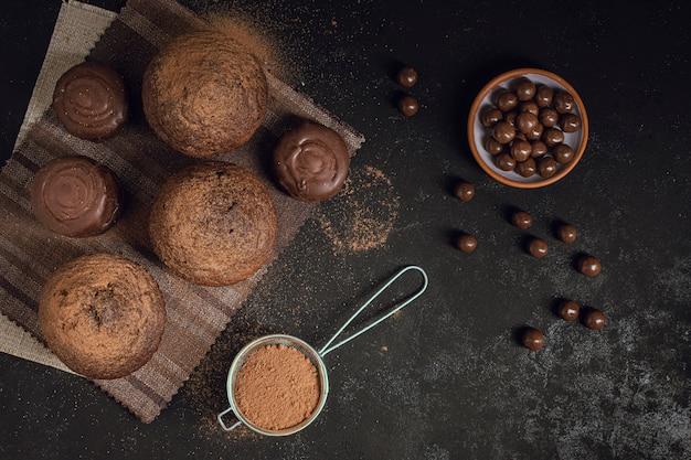 上面図のチョコレートチップとマフィン 無料写真