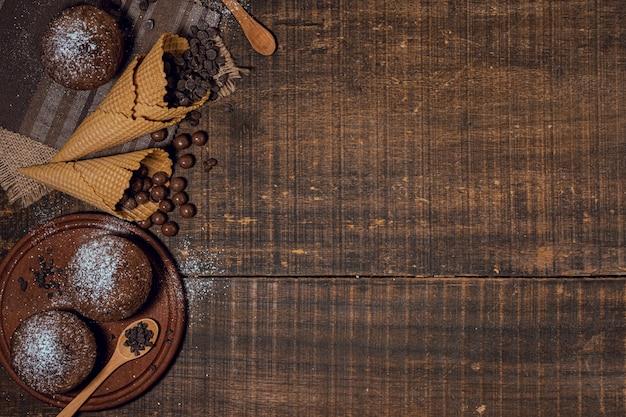 チョコレートのマフィンとコーンの材料 無料写真