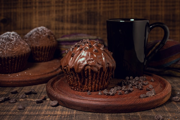 ホットチョコレートマグと甘いマフィン 無料写真