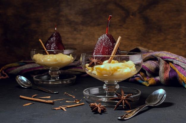 Стильные чашки с карамелизированными грушами и сливками Бесплатные Фотографии
