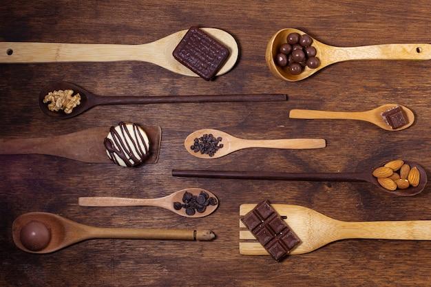 さまざまなスプーンモデルとチョコレート風味 無料写真