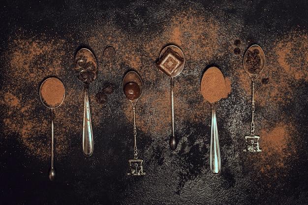 Разнообразие серебряных ложек с какао-порошком Бесплатные Фотографии