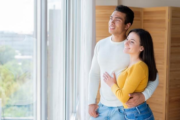 窓の外見て素敵なカップル 無料写真