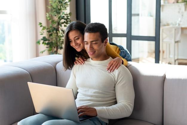 ノートパソコンを見てカップル 無料写真
