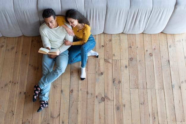 本を読んで素敵なカップルのトップビュー 無料写真