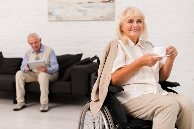 Вид спереди старик и женщина в доме престарелых Бесплатные Фотографии