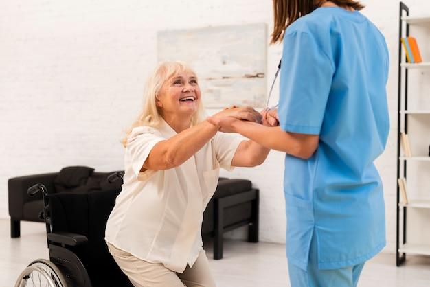 歳の女性を助ける介護者 無料写真