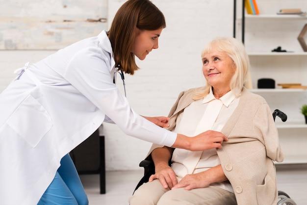 歳の女性と過ごす看護師 無料写真
