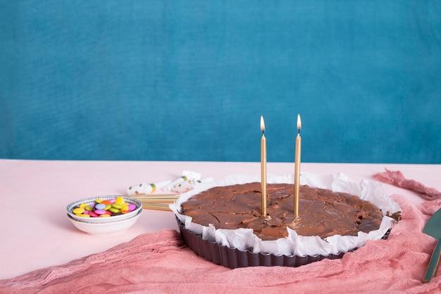 テーブルの上の誕生日チョコレートケーキ 無料写真