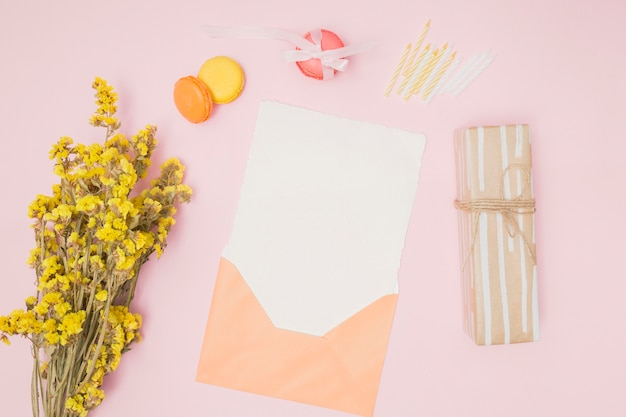 トップビューオレンジ色の招待状モックアップ 無料写真