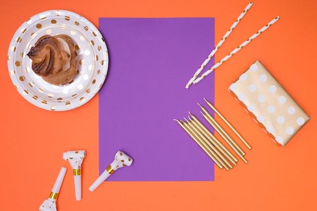 誕生日用品と紫の招待状 無料写真
