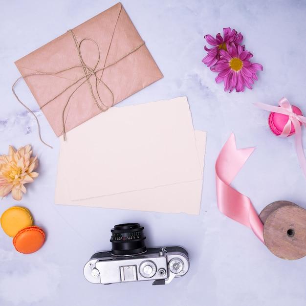 大理石の背景に誕生日の手配 無料写真