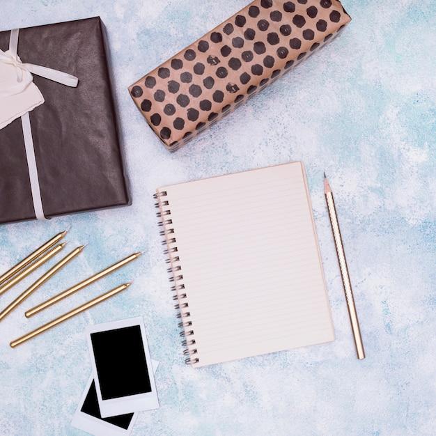 誕生日用品と空のノートブック 無料写真