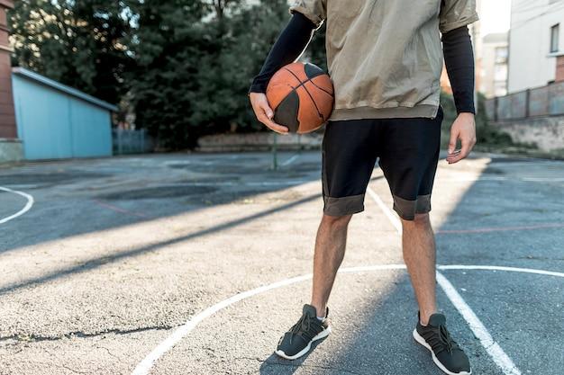 正面の都会のバスケットボール選手 無料写真