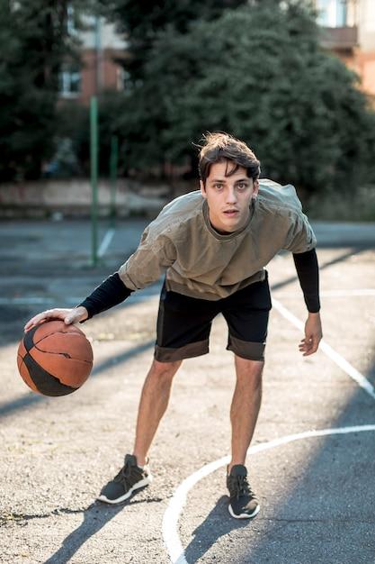 バスケットボールをする男 無料写真