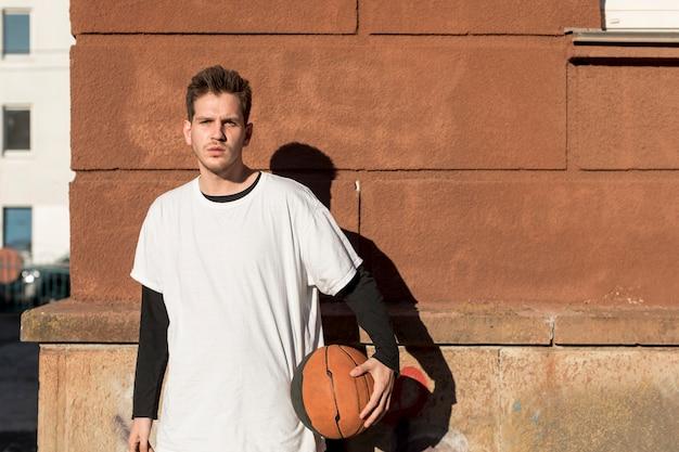 バスケットボールを持つ正面図男 無料写真