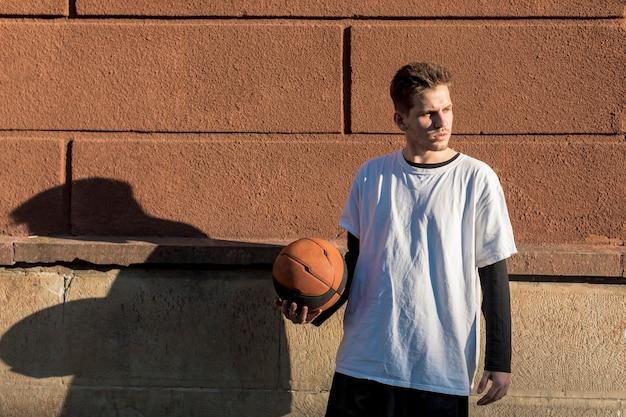 バスケットボールを保持している正面の男 無料写真