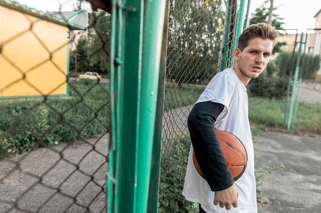 横にバスケットボールを持つ男 無料写真