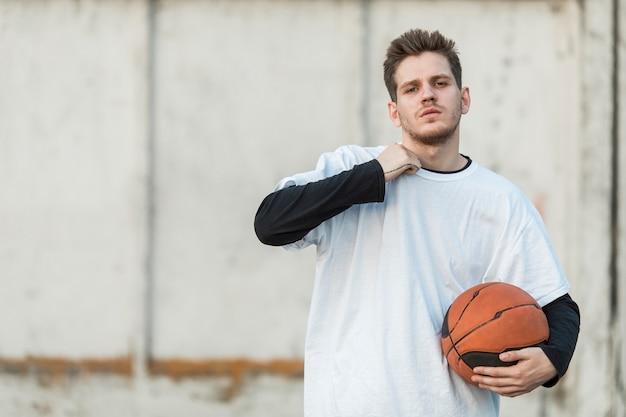 カメラに直面してミディアムショット都市バスケットボール選手 無料写真