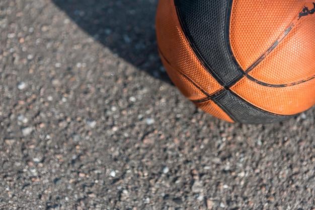 アスファルトの上のクローズアップのバスケットボール 無料写真