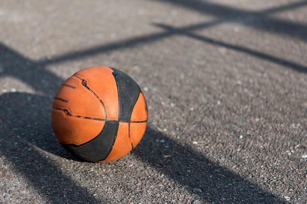 アスファルトの上の正面バスケットボール 無料写真