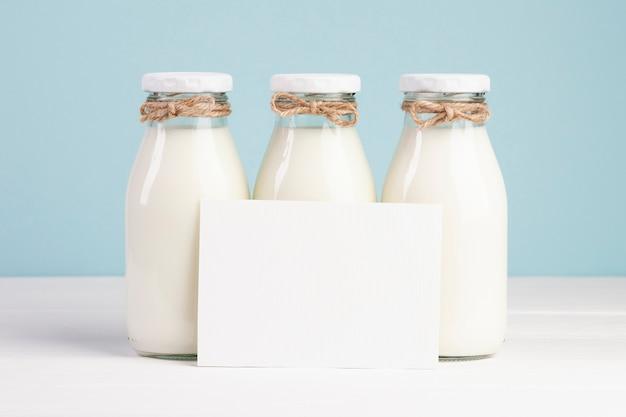 Бутылки молока и копия космической карты Бесплатные Фотографии