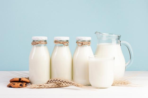Бутылки свежего молока с американским печеньем Бесплатные Фотографии