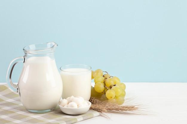 乳製品やブドウのテーブル 無料写真