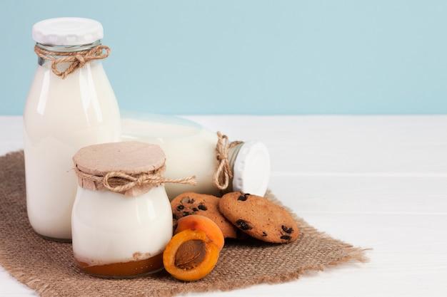 Разнообразие банок, наполненных свежим молоком Бесплатные Фотографии