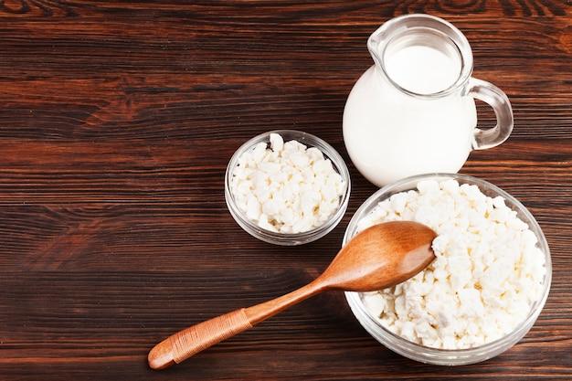 トップビューミルクとチーズのボウル 無料写真