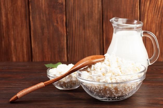 木製のテーブルに栄養価の高い乳製品 無料写真