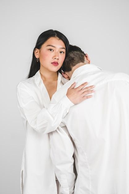 白いポーズでミディアムショットモデル 無料写真