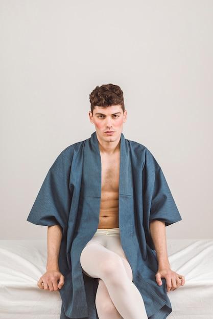 青いローブのミディアムショットモデル 無料写真