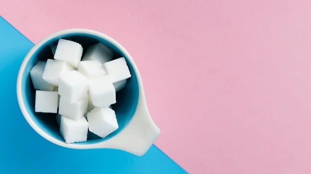 Кружка, наполненная сахаром кубиками вид сверху Бесплатные Фотографии
