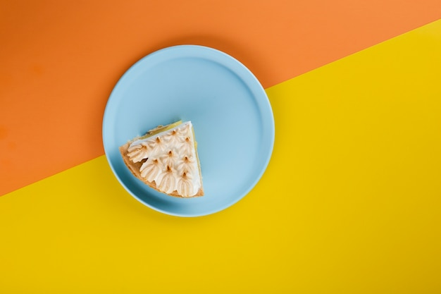 青い皿にケーキのスライスをカット 無料写真
