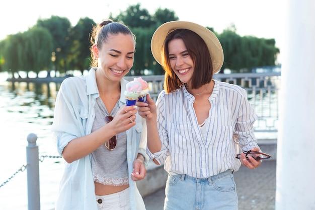 フロントビューの女性がアイスクリームで乾杯 無料写真