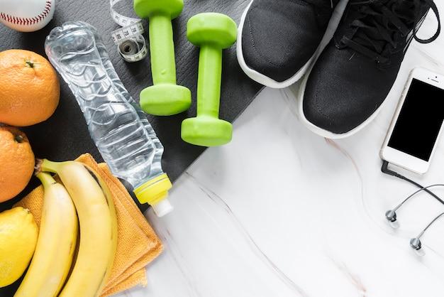 スポーツ服や健康的なスナックのセット 無料写真