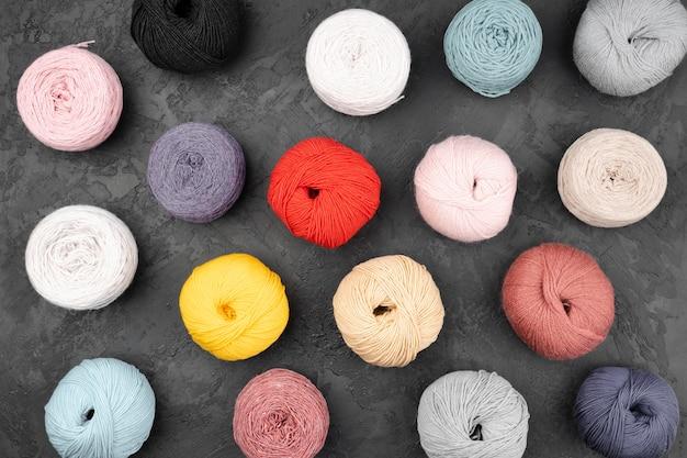 スレートの背景に羊毛のボールのフラットレイアウト 無料写真