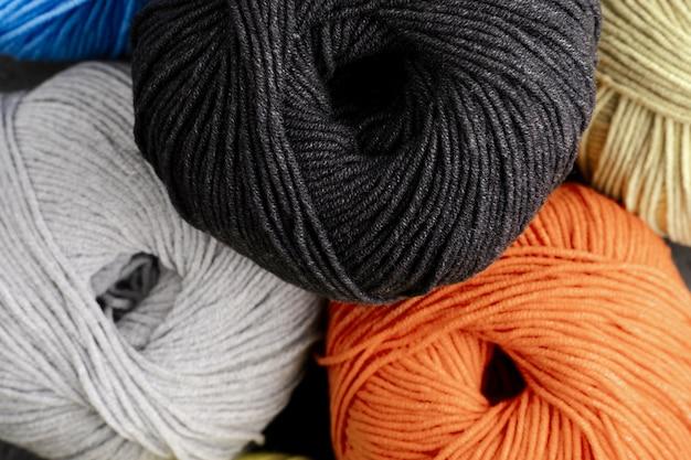 黒、オレンジ、白のウール糸 無料写真