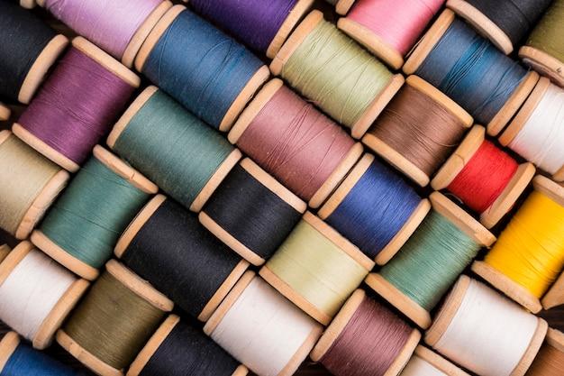 Вид сверху на красочные катушки с нитками Бесплатные Фотографии