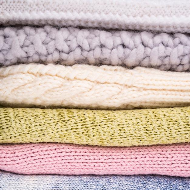 かぎ針編みのウールの服のスタック 無料写真